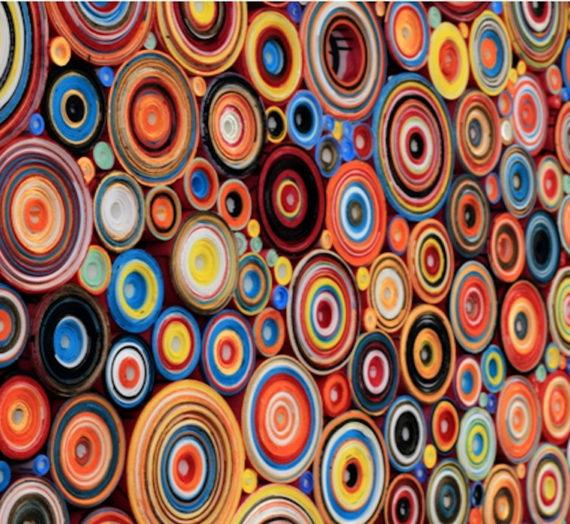 Rouleaux vertigineux de sculptures en bas-relief en papier colorées à la main par Hadieh Shafie